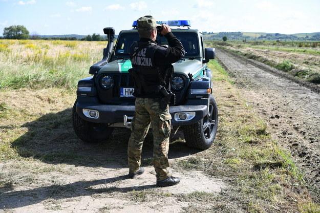 Funkcjonariusz straży granicznej na zdjęciu ilustracyjnym /Darek Delmanowicz /PAP