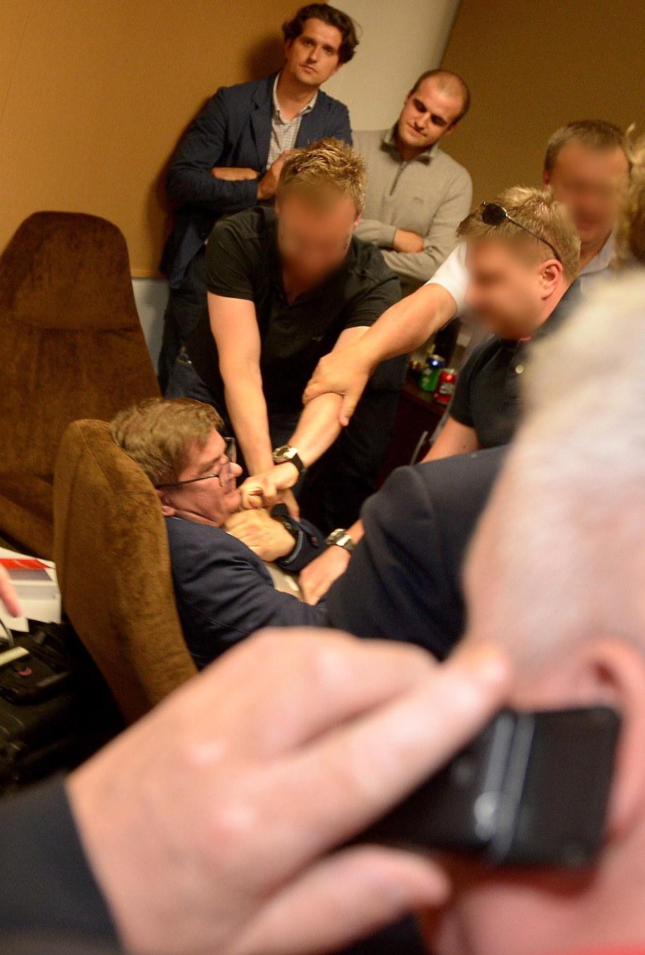 Funkcjonariusze ABW próbują siłą odebrać Sylwestrowi Latkowskiemu laptopa /Radek Pietruszka /PAP