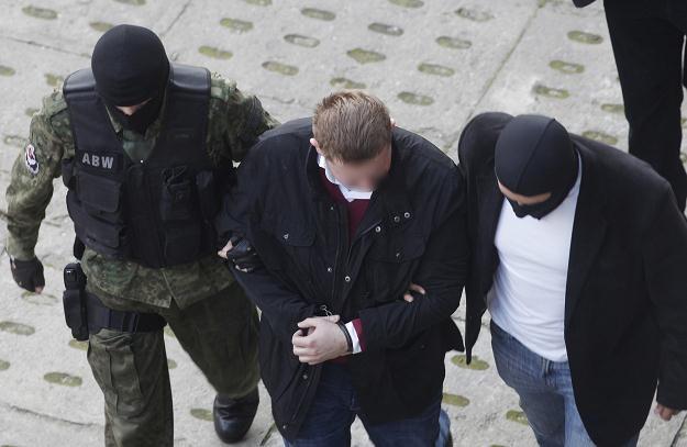 Funkcjonariusze ABW wprowadzają do Sądu Rejonowego oskarżonego  Marcina P./fot. A. Warżawa /PAP