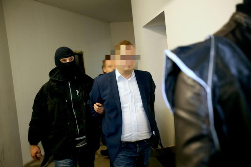 Funkcjonariusze ABW wyprowadzają Stanisława Sz. po posiedzeniu Sądu Okręgowego w Warszawie /Leszek Szymański /PAP