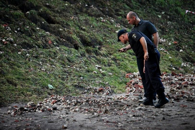 Funkcjonariusze badają osuwisko /Jarek Praszkiewicz /Agencja FORUM