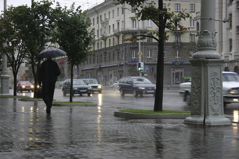 Funkcjonariusze białoruskiego Ministerstwa do Spraw Nadzwyczajnych nadal usuwają skutki piątkowej wichury /VASILY MALASHENKOV /East News