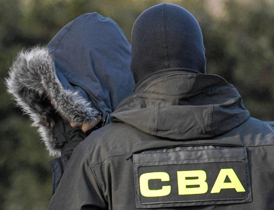 Funkcjonariusze CBA doprowadzają byłego rzecznika prasowego MON Bartłomieja M. do prokuratury /Darek Delmanowicz /PAP