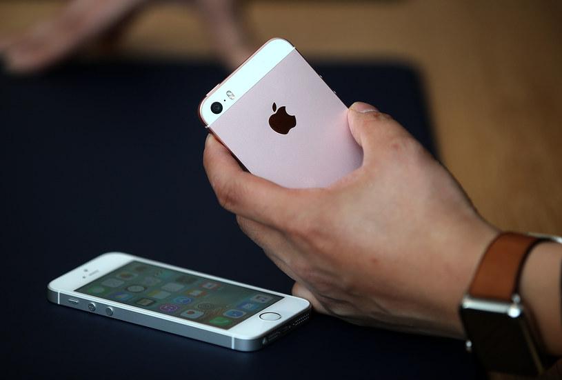 Funkcjonariusze FBI wdarli się do pamięci iPhone'a nie uruchamiając jednocześnie jego systemów bezpieczeństwa /AFP