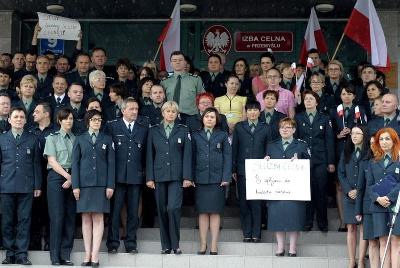 Funkcjonariusze i funkcjonariuszki Izby Celnej w Przemyślu podczas protestu przed jej siedzibą /Darek Delmanowicz /PAP