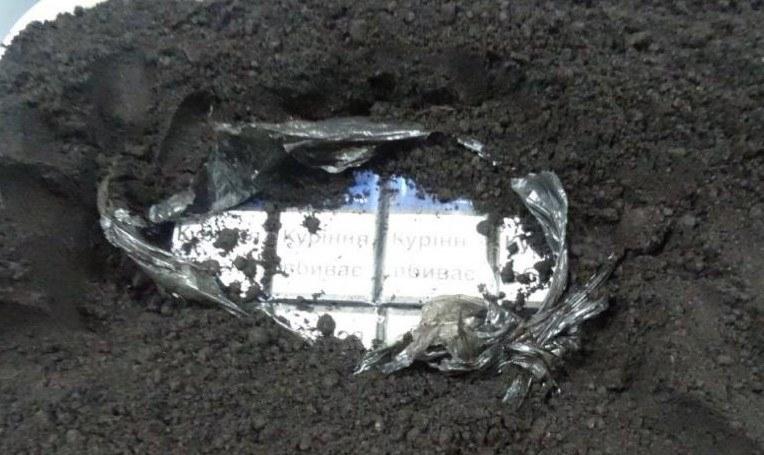 Funkcjonariusze KAS z Podkarpacia podczas kontroli ciężarówki na polsko-ukraińskim przejściu granicznym w Korczowej wykryli przemyt prawie 2 milionów sztuk papierosów. Kontrabanda o rynkowej wartości 1,4 mln zł była ukryta w torfie /Izba Administracji Skarbowej w Rzeszowie /