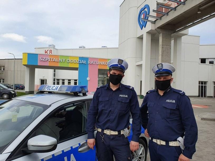 Funkcjonariusze, którzy uratowali dziewczynkę /KMP w Łodzi /Policja
