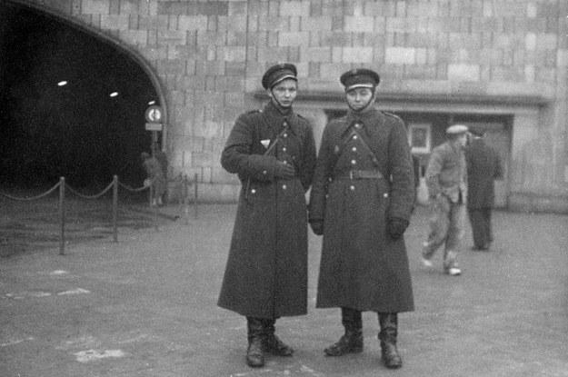 Funkcjonariusze Milicji Obywatelskiej na ulicach Warszawy, lata 50. /East News