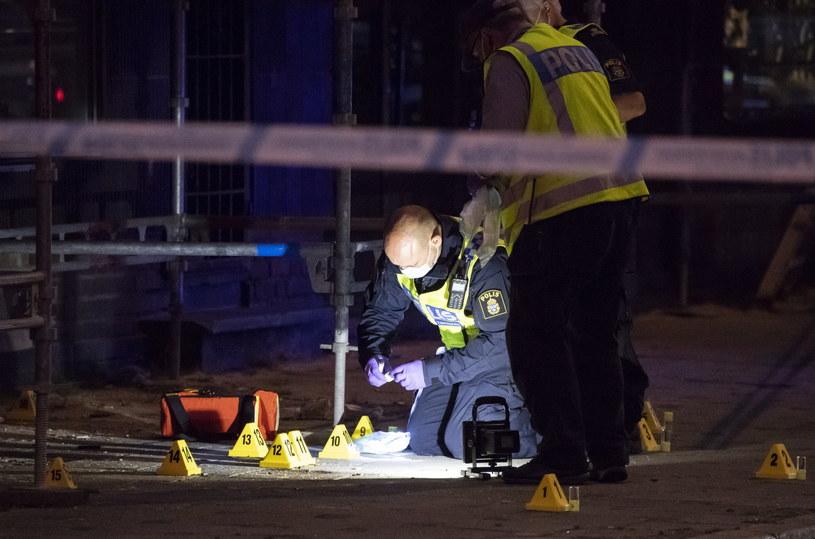 Funkcjonariusze na miejscu strzelaniny /PAP/EPA