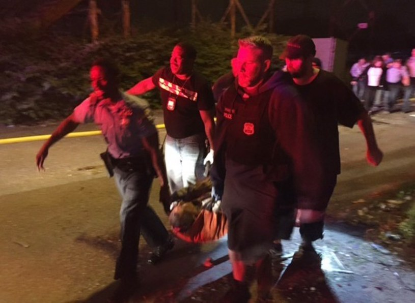 Funkcjonariusze niosą rannego pasażera /AP/FOTOLINK /East News