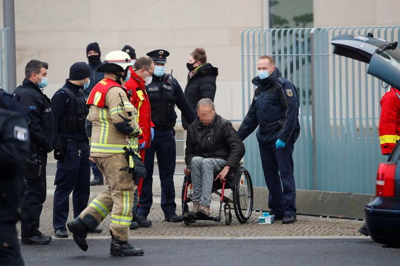 Funkcjonariusze obok sprawcy zdarzenia /Fabrizio Bensch/REUTERS /Agencja FORUM