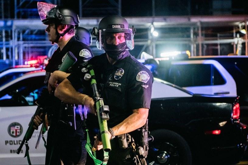 Funkcjonariusze organów ścigania przygotowują się do rozproszenia tłumu fanów Lakers w pobliżu Staples Center /AFP