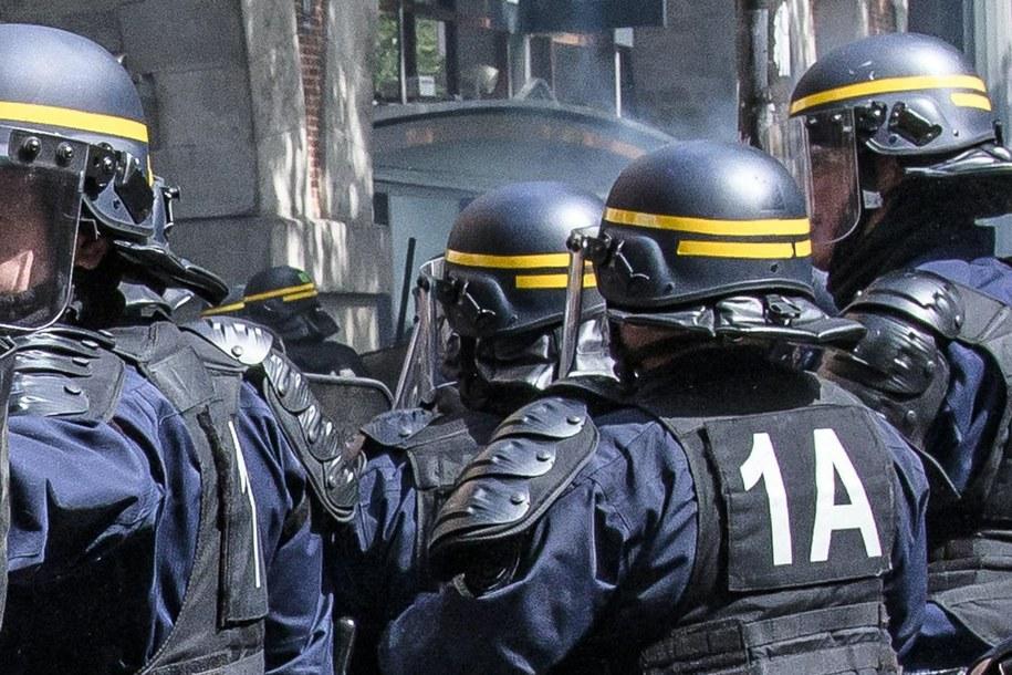 Funkcjonariusze paryskiej policji. /CHRISTOPHE PETIT TESSON /PAP/EPA