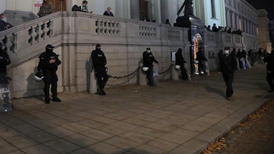 Funkcjonariusze policji i kontrdemonstranci pod Kościołem św. Krzyża przy Krakowskim Przedmieściu w Warszawie /Wojciech Olkuśnik /PAP