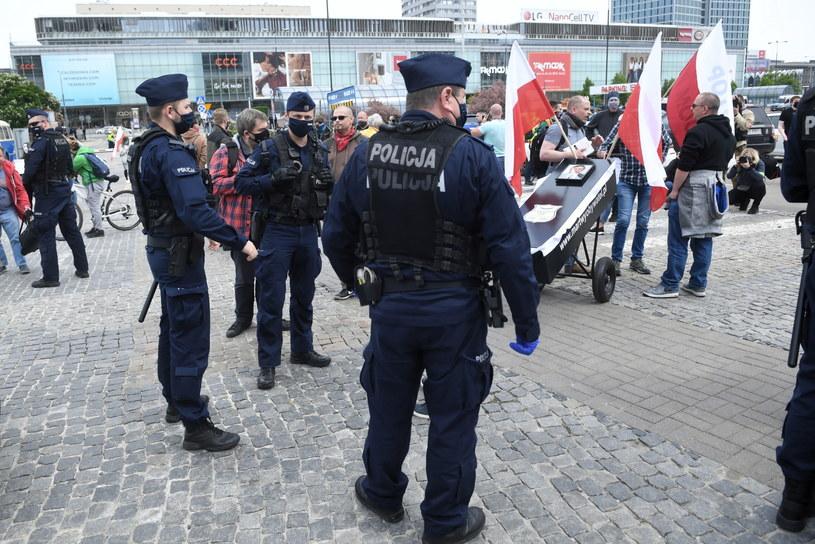 Funkcjonariusze policji oraz uczestnicy protestu przed rozpoczęciem strajku przedsiębiorców na Placu Defilad w Warszawie / Radek Pietruszka   /PAP