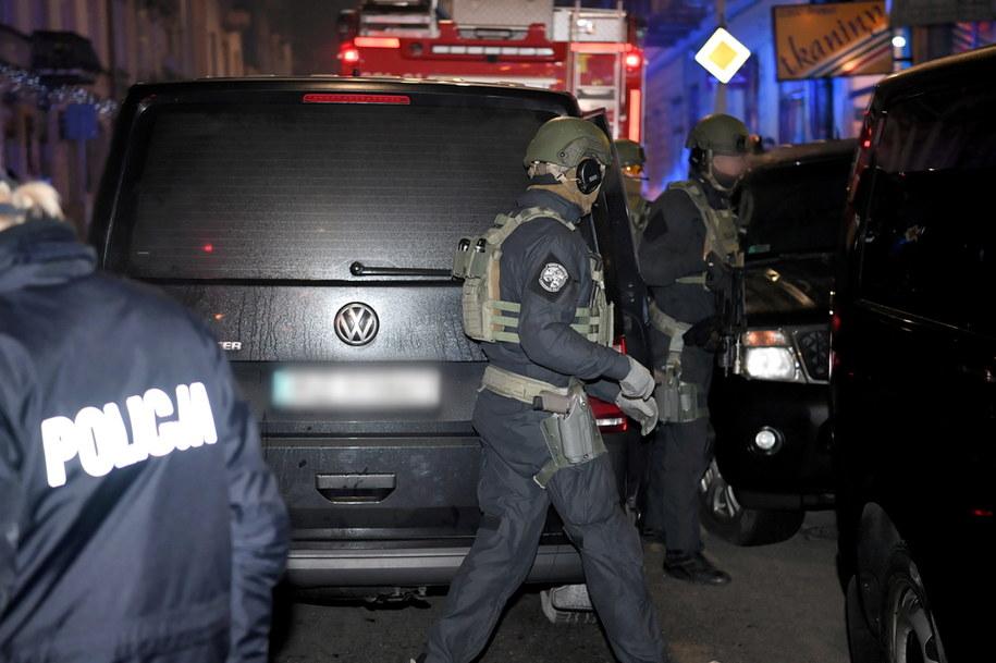 Funkcjonariusze policji pod jedną z kamienic w Przemyślu, w której mężczyzna podczas awantury domowej zamknął się z dzieckiem w pokoju /Darek Delmanowicz /PAP