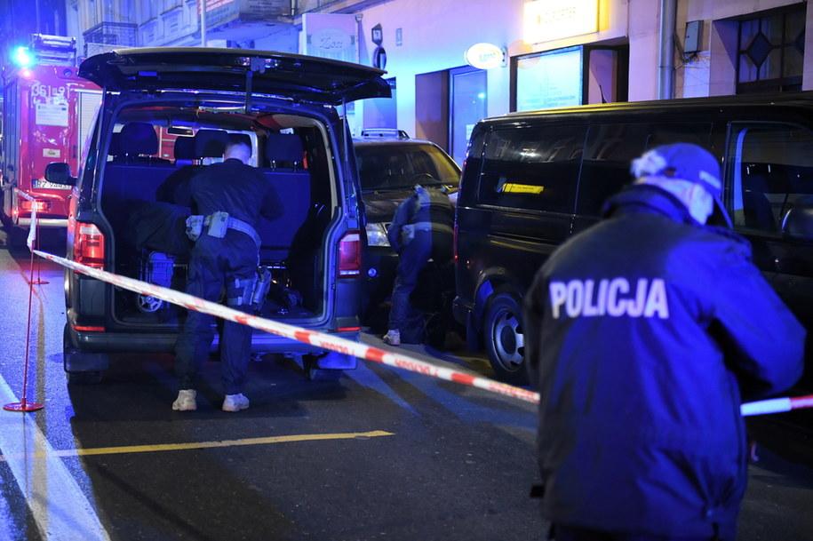 Funkcjonariusze policji pod jedną z kamienic w Przemyślu /Darek Delmanowicz /PAP