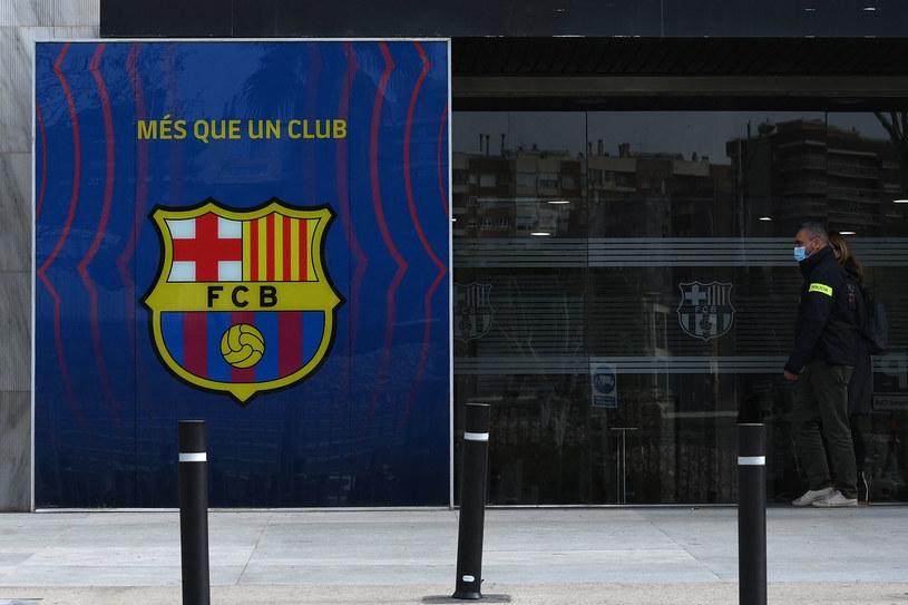 Funkcjonariusze policji przed siedzibą FC Barcelona /LLUIS GENE /AFP