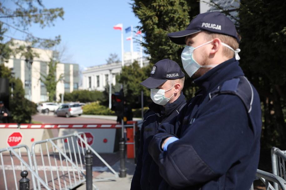 Funkcjonariusze policji przed wejściem na teren Sejmu / Leszek Szymański    /PAP
