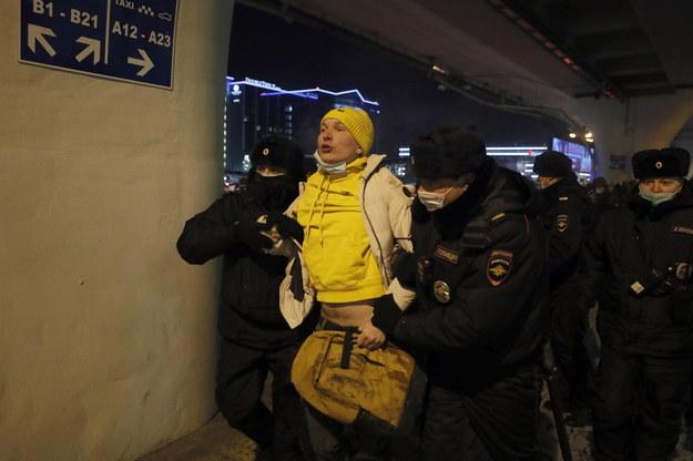Funkcjonariusze policji zatrzymują zwolennika rosyjskiego lidera opozycji Aleksieja Nawalnego na międzynarodowym lotnisku Wnukowo w Moskwie /YURI KOCHETKOV /PAP/EPA