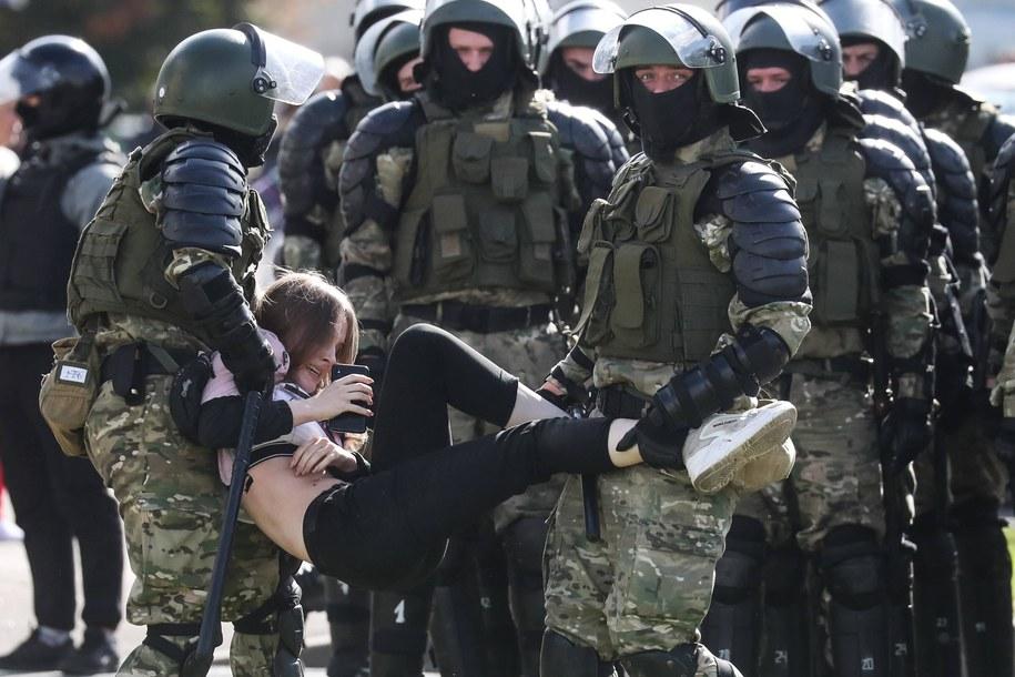 Funkcjonariusze policji zatrzymujący demonstranta podczas niedzielnych protestów / Valery Sharifulin    /PAP/ITAR-TASS