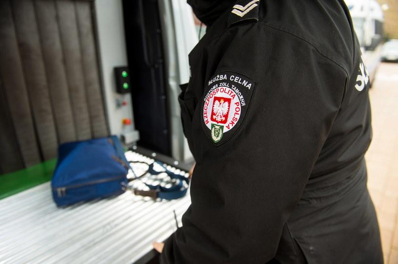 Funkcjonariusze służby celno-skarbowej udaremnili wywóz do Niemiec płynów dezynfekcyjnych (zdjęcie ilustracyjne) /Daniel Dmitriew /Agencja FORUM