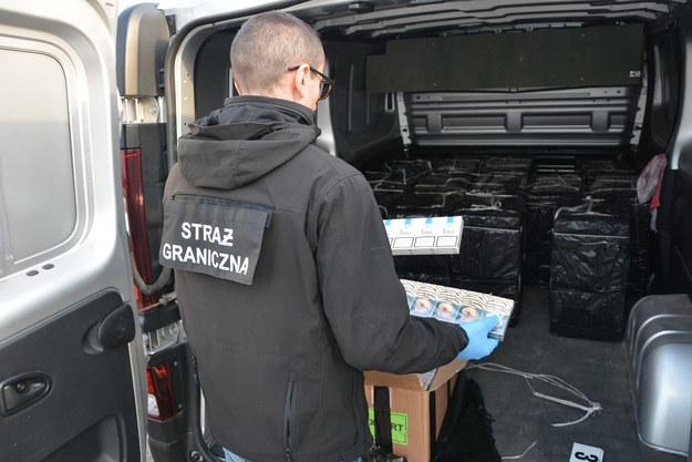 Funkcjonariusze straży granicznej znaleźli w aucie papierosy warte 200 tysięcy złotych /Straż Graniczna /Straż Graniczna