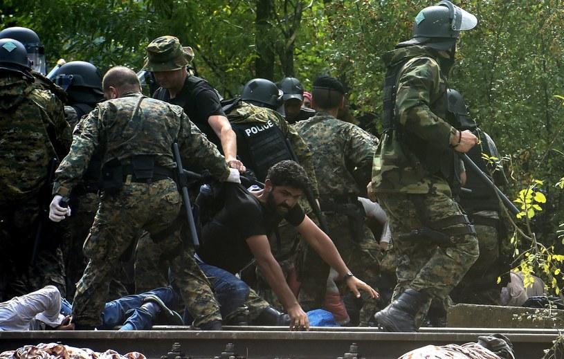 Funkcjonariusze wystrzelili dwa granaty ogłuszające /PAP/EPA