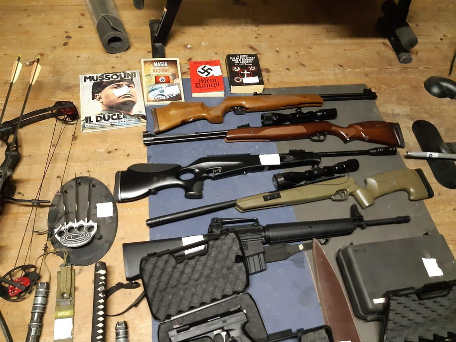 Funkcjonariusze znaleźli także broń /ITALIAN POLICE HANDOUT /PAP/EPA