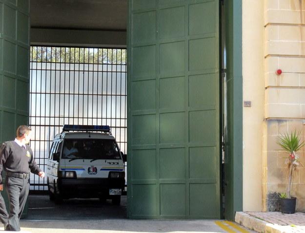 Furgonetka, którą najprawdopodobniej Kajetan P. jest przewożony z aresztu na lotnisko w stolicy Malty Valletcie /Patrycja Rojek /PAP