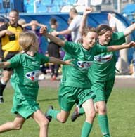 Futbol zdobywa popularność także wśród dziewcząt /INTERIA.PL