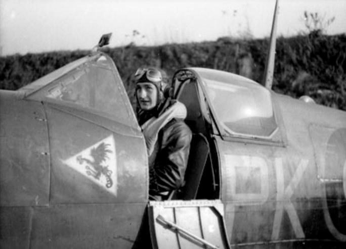 """""""Gabby"""" w Spitfire należącym do 315 Dywizjonu Myśliwskiego. Z lewej widoczne jest godło """"Dębliniaków"""" /materiały prasowe"""