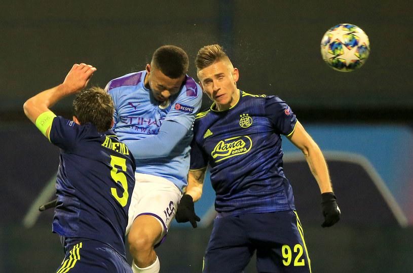 Gabriel Jesus (z lewej) i Damian Kądzior walczą o piłkę /Getty Images