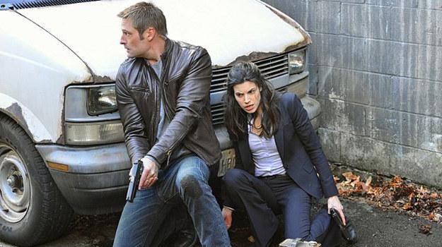 Gabriel (Josh Holloway) i Riley (Meghan Ory) próbują uratować uprowadzonego pracownika Cybercomu. /CBS /materiały prasowe