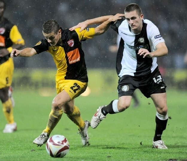Gabriel Torje (z lewej strony) w dynamicznym rajdzie w meczu ze Sturmem Graz /AFP