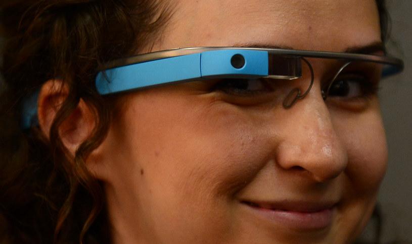 Gadżety takie jak Google Glass mogą mieć negatywny wpływ na prywatność i bezpieczeństwo ludzi. /AFP