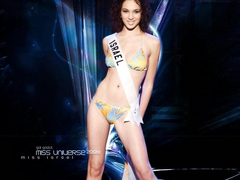 Gal Gadot w bikini podczas konkursu Miss Universe 2004 /materiały prasowe