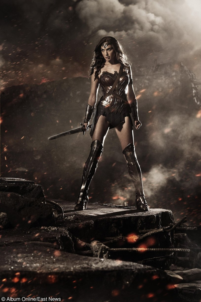 Gal Gadot w kostiumie Wonder Woman /Warner Bros /East News