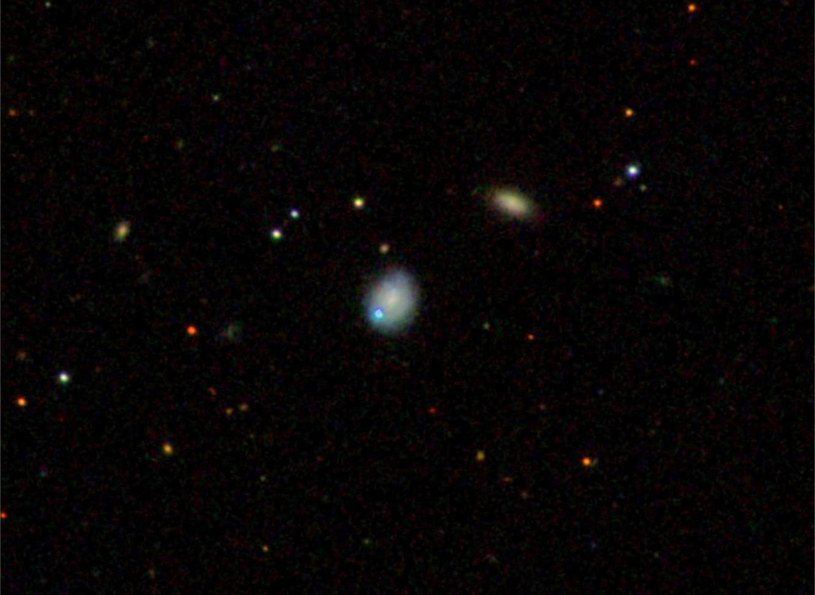 Galaktyka karłowata Markarian 177 (środek zdjęcia) /NASA