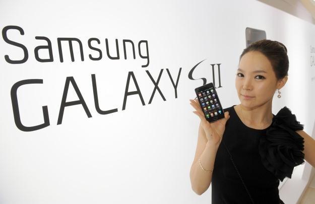 Galaxy S II - jeden z telefonów dostępny w promocyjnej ofercie Orange /AFP