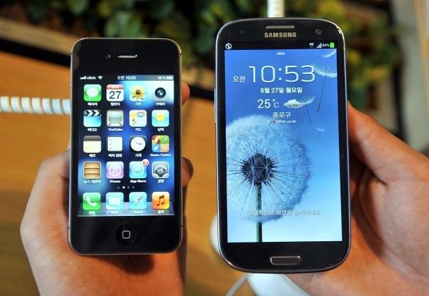 Galaxy S III pokonał iPhone'a 4S. Czy poradzi sobie także z iPhonem 5? /AFP