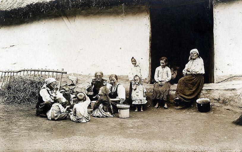 Galicyjska wieś była biedna i przeludniona. Wielodzietne rodziny żyły w skrajnej biedzie i niedożywieniu /domena publiczna