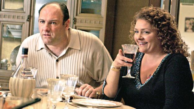 """Gandolfini i Aida Turturro w 1992 roku zagrali małżeństwo na Broadwayu. Potem James wciągnął przyjaciółkę do obsady """"Rodziny..."""". /materiały prasowe"""