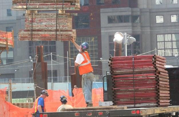 Polacy zmuszani do niewolniczej pracy. Głodowe stawki, prymitywne warunki