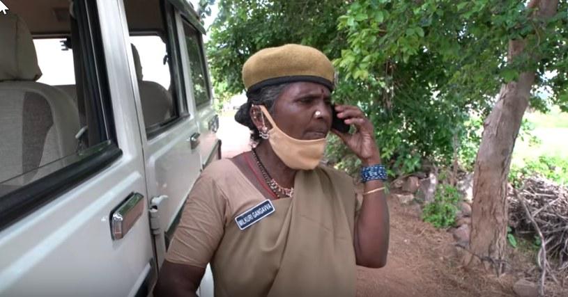 Gangavva Milkuri razem z policją upomina mężczyznę, który nie ma kasku i maski /YouTube