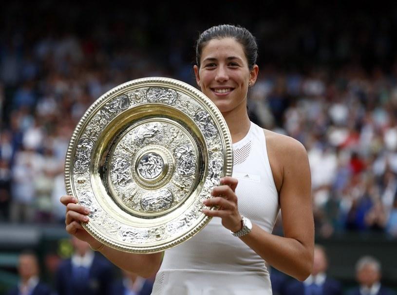 Garbine Muguruza z trofeum za triumf w Wimbledonie /PAP/EPA