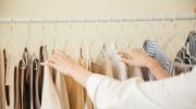 Garderoba bez zagnieceń. Jak wybierać tkaniny, by uniknąć pomiętych ubrań