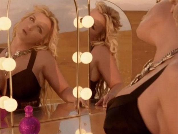 Garderoba na środku pustyni? Tylko w klipie Britney Spears /