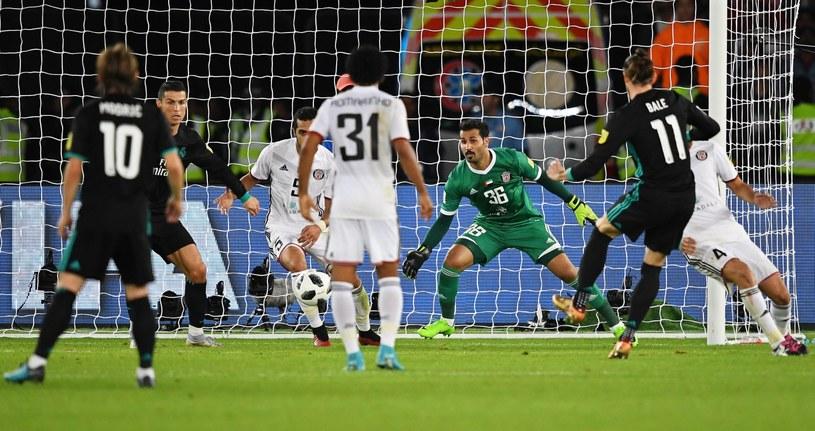 Gareth Bale (drugi z prawej) strzela zwycięskiego gola dla Realu /PAP/EPA