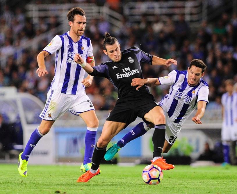 Gareth Bale osaczony przez rywali /AFP